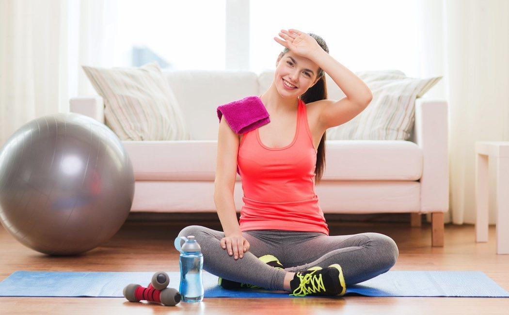 Tabla de 15 minutos de ejercicios para ponerse en forma en casa