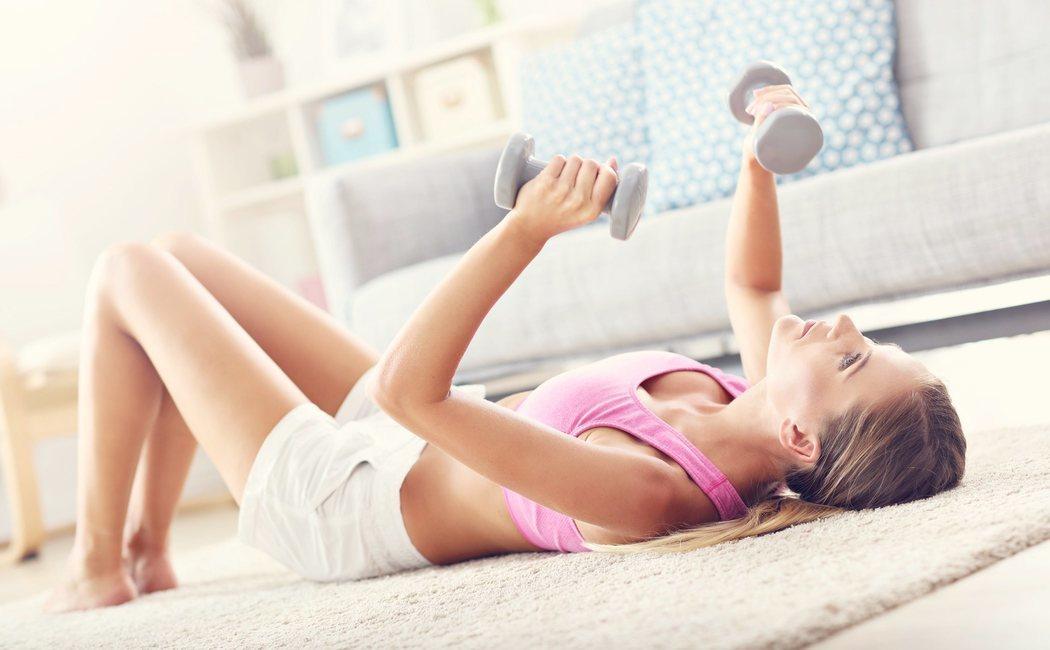 Los mejores ejercicios para hacer con mancuernas en casa