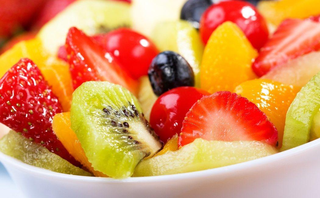 que fruta no comer por la noche