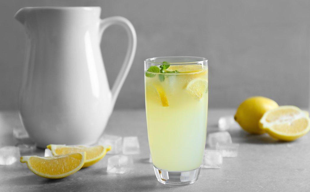 Los beneficios del agua con limón para tu salud