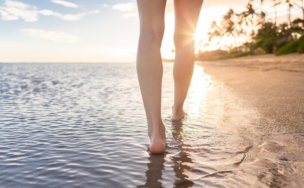 Los beneficios de caminar por la orilla de la playa